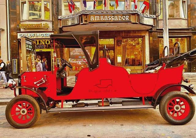 Ambassador Zlata Husa | Prague 1 | Discovering the magic of golden Prague with a historic vehicle
